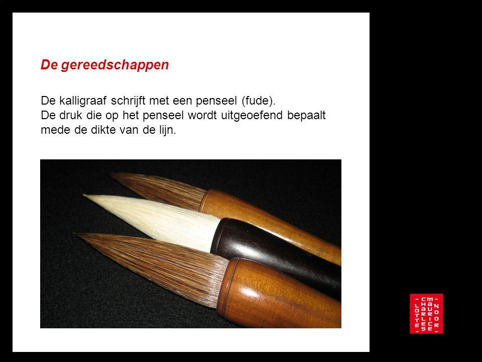 De gereedschappen De kalligraaf schrijft met een penseel (fude). De druk die op het penseel wordt uitgeoefend bepaalt mede de dikte van de lijn.