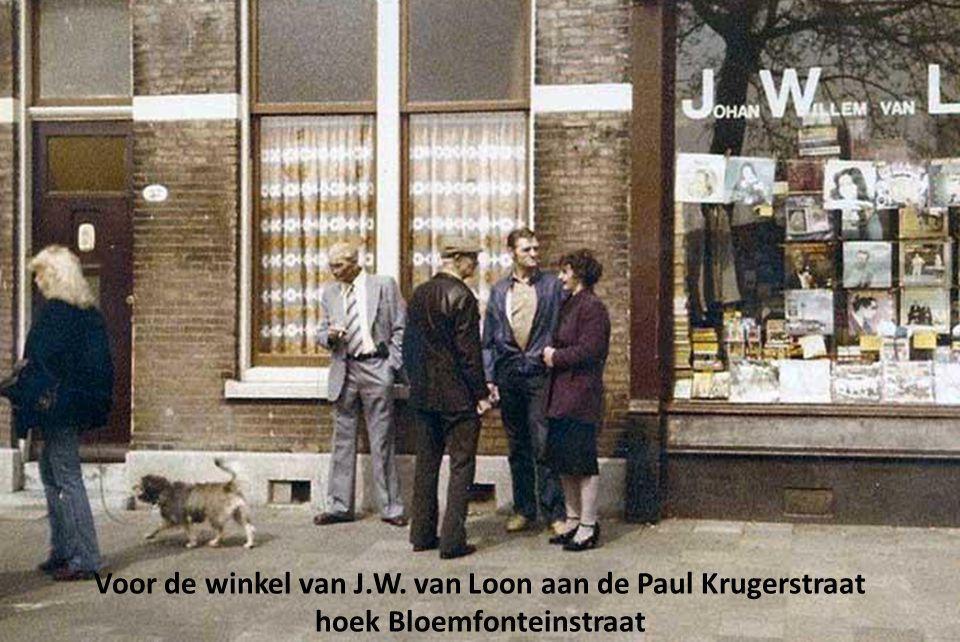 Voor de winkel van J.W. van Loon aan de Paul Krugerstraat hoek Bloemfonteinstraat