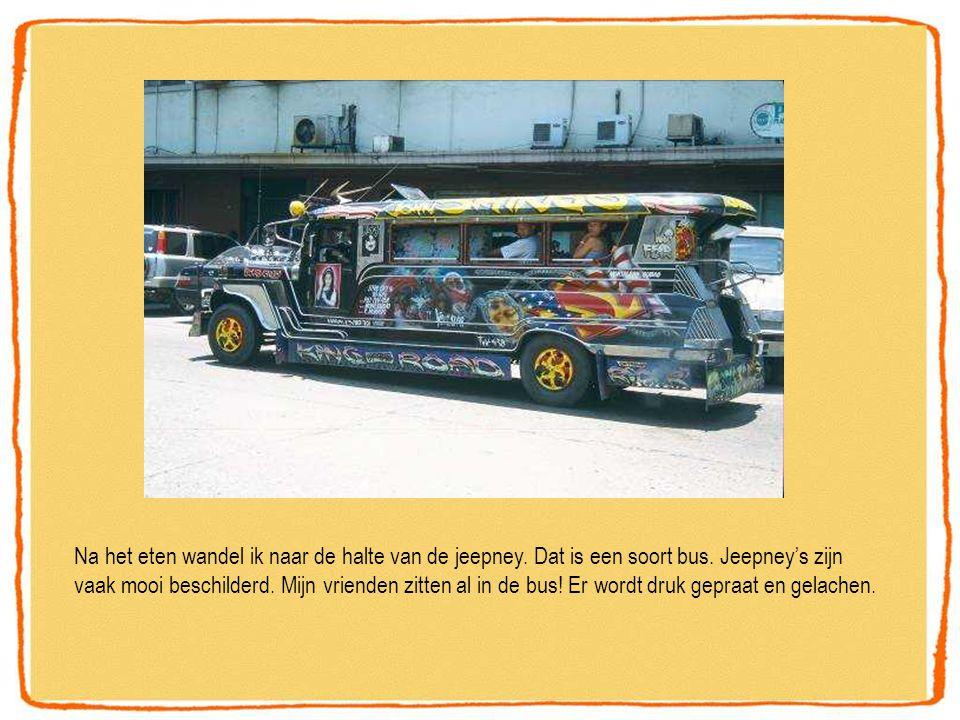 Na het eten wandel ik naar de halte van de jeepney. Dat is een soort bus. Jeepney's zijn vaak mooi beschilderd. Mijn vrienden zitten al in de bus! Er