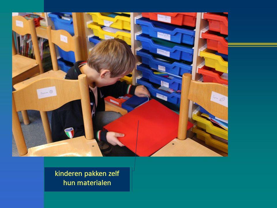 kinderen pakken zelf hun materialen