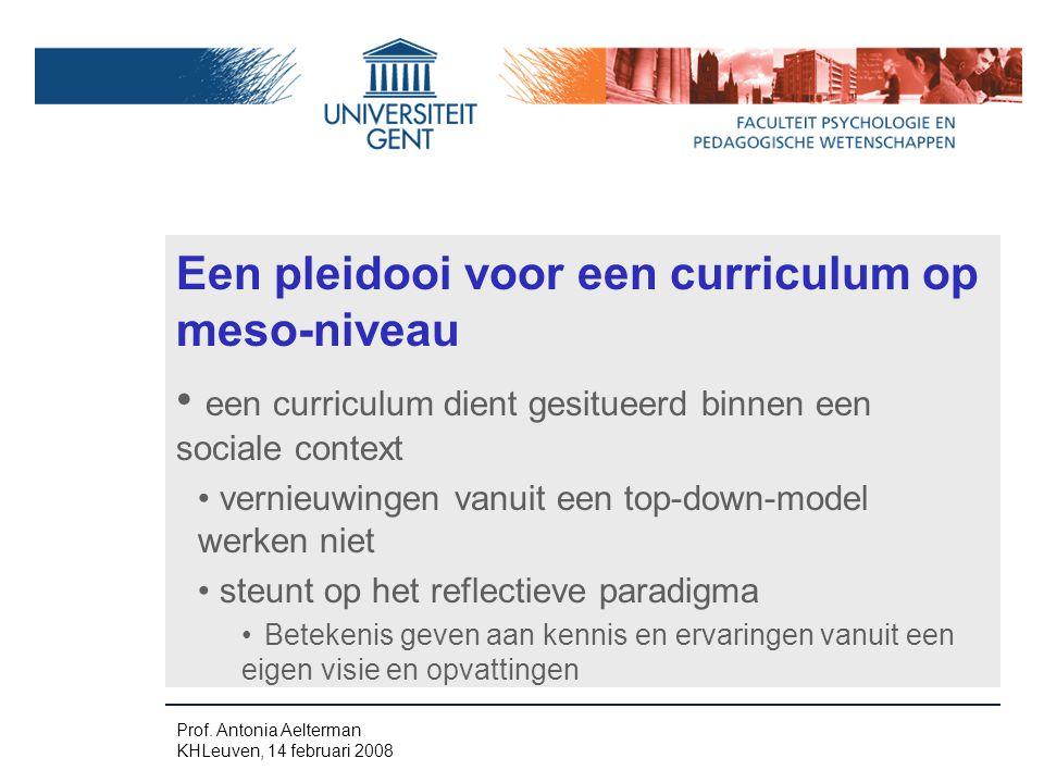 Een pleidooi voor een curriculum op meso-niveau een curriculum dient gesitueerd binnen een sociale context vernieuwingen vanuit een top-down-model werken niet steunt op het reflectieve paradigma Betekenis geven aan kennis en ervaringen vanuit een eigen visie en opvattingen Prof.
