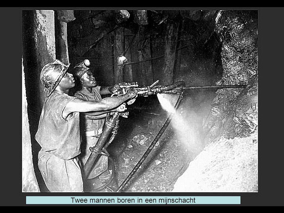 Twee mannen boren in een mijnschacht