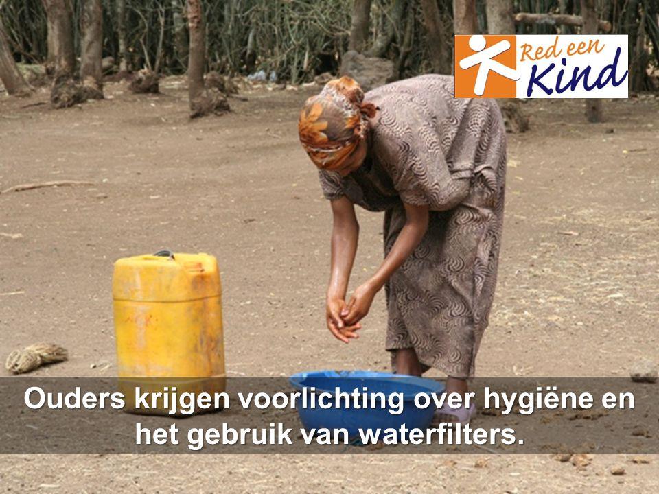 Ouders krijgen voorlichting over hygiëne en het gebruik van waterfilters.