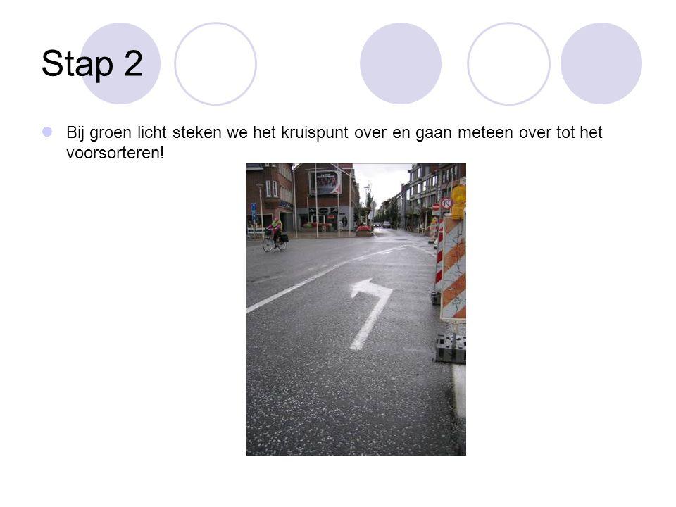 Stap 2 Bij groen licht steken we het kruispunt over en gaan meteen over tot het voorsorteren!