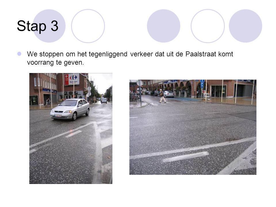 Stap 3 We stoppen om het tegenliggend verkeer dat uit de Paalstraat komt voorrang te geven.