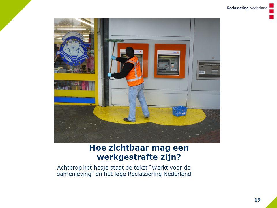 """Hoe zichtbaar mag een werkgestrafte zijn? Achterop het hesje staat de tekst """"Werkt voor de samenleving"""" en het logo Reclassering Nederland 19"""