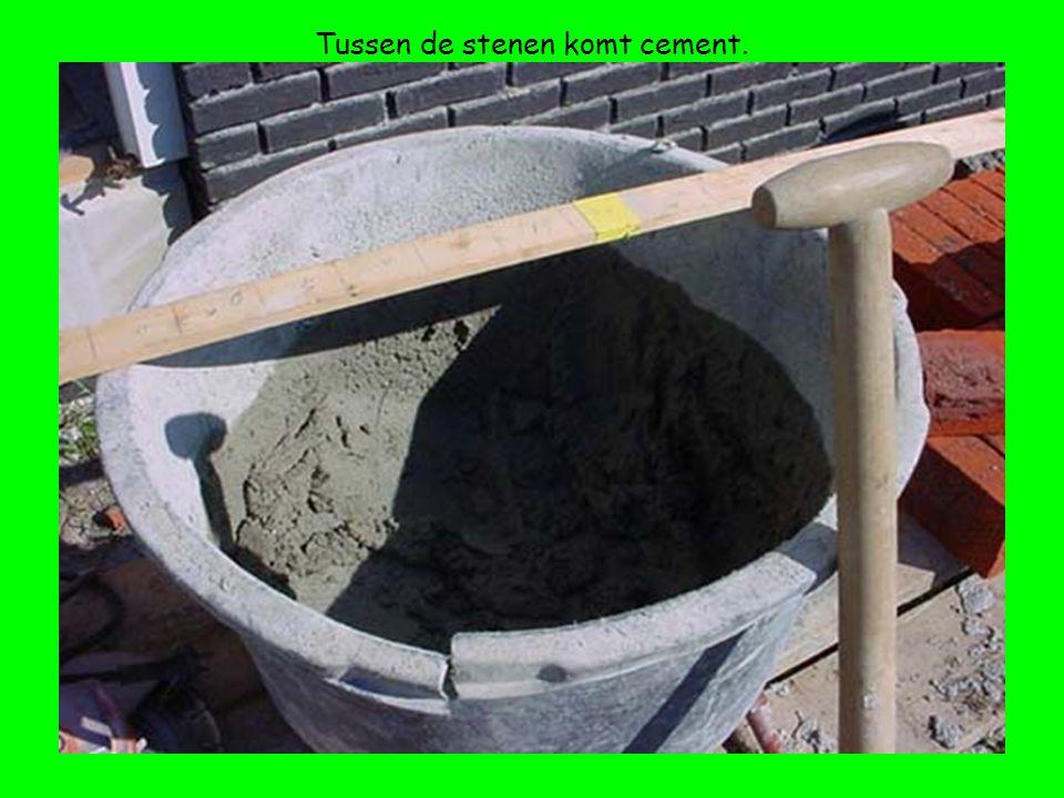 Tussen de stenen komt cement.