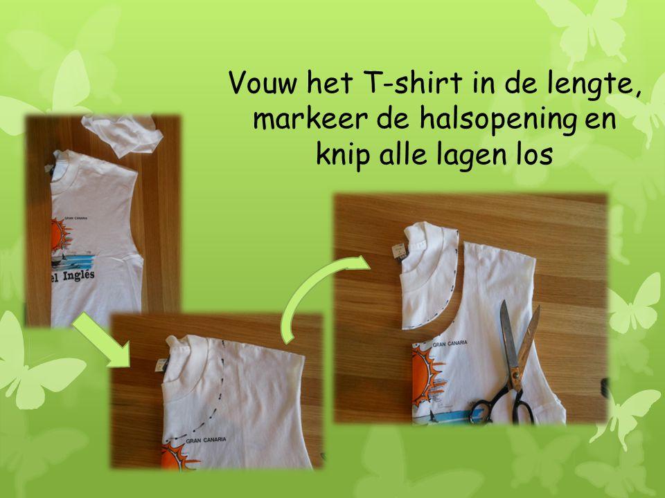 Vouw het T-shirt in de lengte, markeer de halsopening en knip alle lagen los