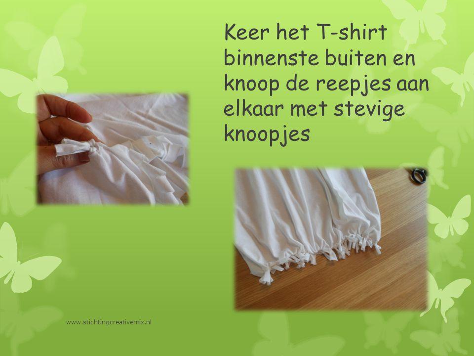 Keer het T-shirt binnenste buiten en knoop de reepjes aan elkaar met stevige knoopjes www.stichtingcreativemix.nl