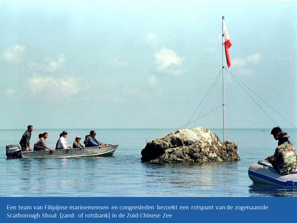 Een team van Filipijnse marinemensen en congresleden bezoekt een rotspunt van de zogenaamde Scarborough Shoal (zand- of rotsbank) in de Zuid-Chinese Z