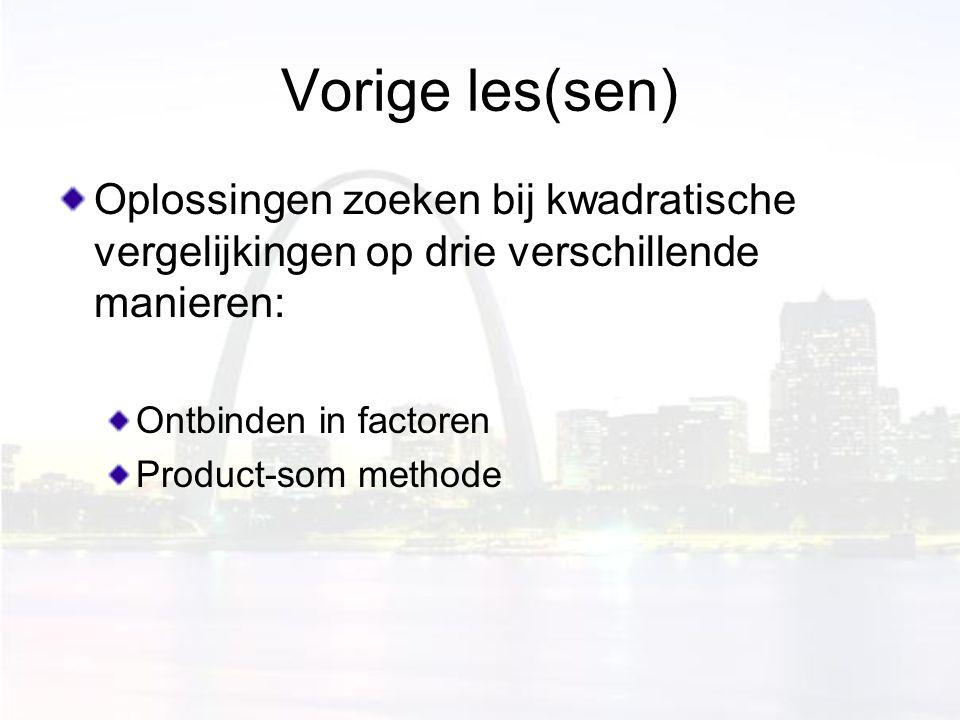 Vorige les(sen) Oplossingen zoeken bij kwadratische vergelijkingen op drie verschillende manieren: Ontbinden in factoren Product-som methode