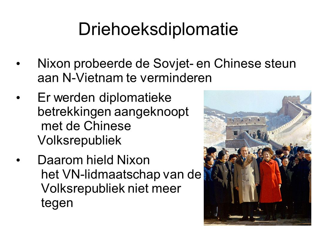 Onderhandelingen en bombardementen Tussen 1969 en 1972 werden in Parijs vredesbesprekingen gehouden Beide partijen bleven elkaar onder druk zetten: N-Vietnam door een groot offensief in 1972, Nixon door zware bombardementen op N-Vietnam (kerstbombardementen) Nixon beloofde Z-Vietnam blijvende bescherming tegen het communisme om een vrede vooor elkaar te krijgen