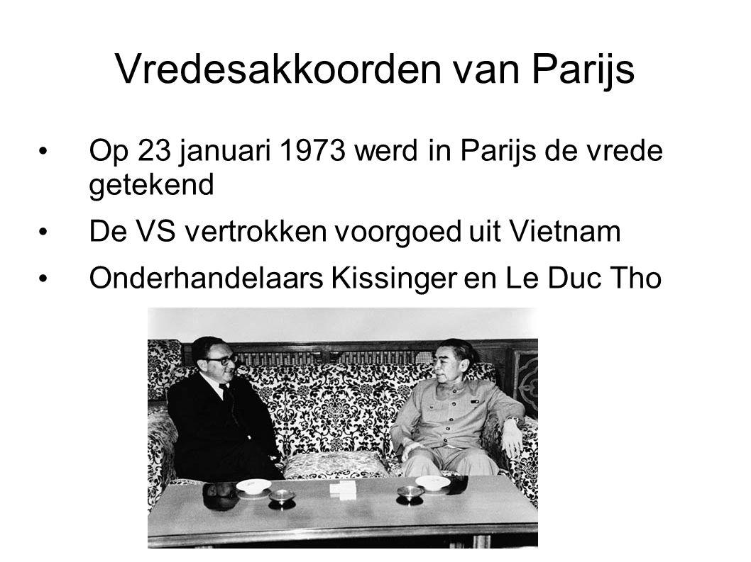 Vredesakkoorden van Parijs Op 23 januari 1973 werd in Parijs de vrede getekend De VS vertrokken voorgoed uit Vietnam Onderhandelaars Kissinger en Le D