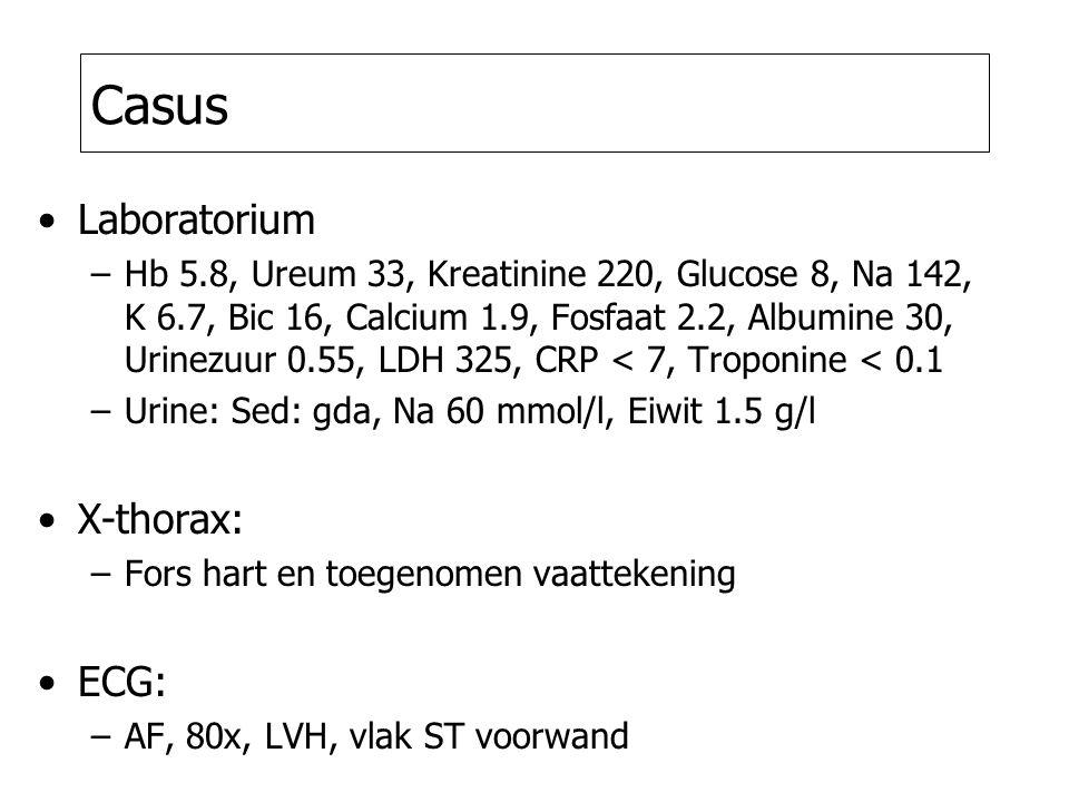 Casus Laboratorium –Hb 5.8, Ureum 33, Kreatinine 220, Glucose 8, Na 142, K 6.7, Bic 16, Calcium 1.9, Fosfaat 2.2, Albumine 30, Urinezuur 0.55, LDH 325, CRP < 7, Troponine < 0.1 –Urine: Sed: gda, Na 60 mmol/l, Eiwit 1.5 g/l X-thorax: –Fors hart en toegenomen vaattekening ECG: –AF, 80x, LVH, vlak ST voorwand