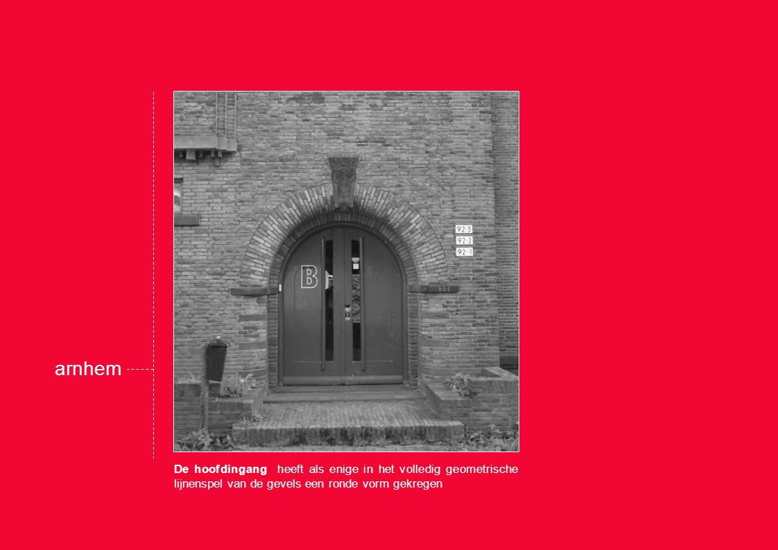 De hoofdingang heeft als enige in het volledig geometrische lijnenspel van de gevels een ronde vorm gekregen arnhem
