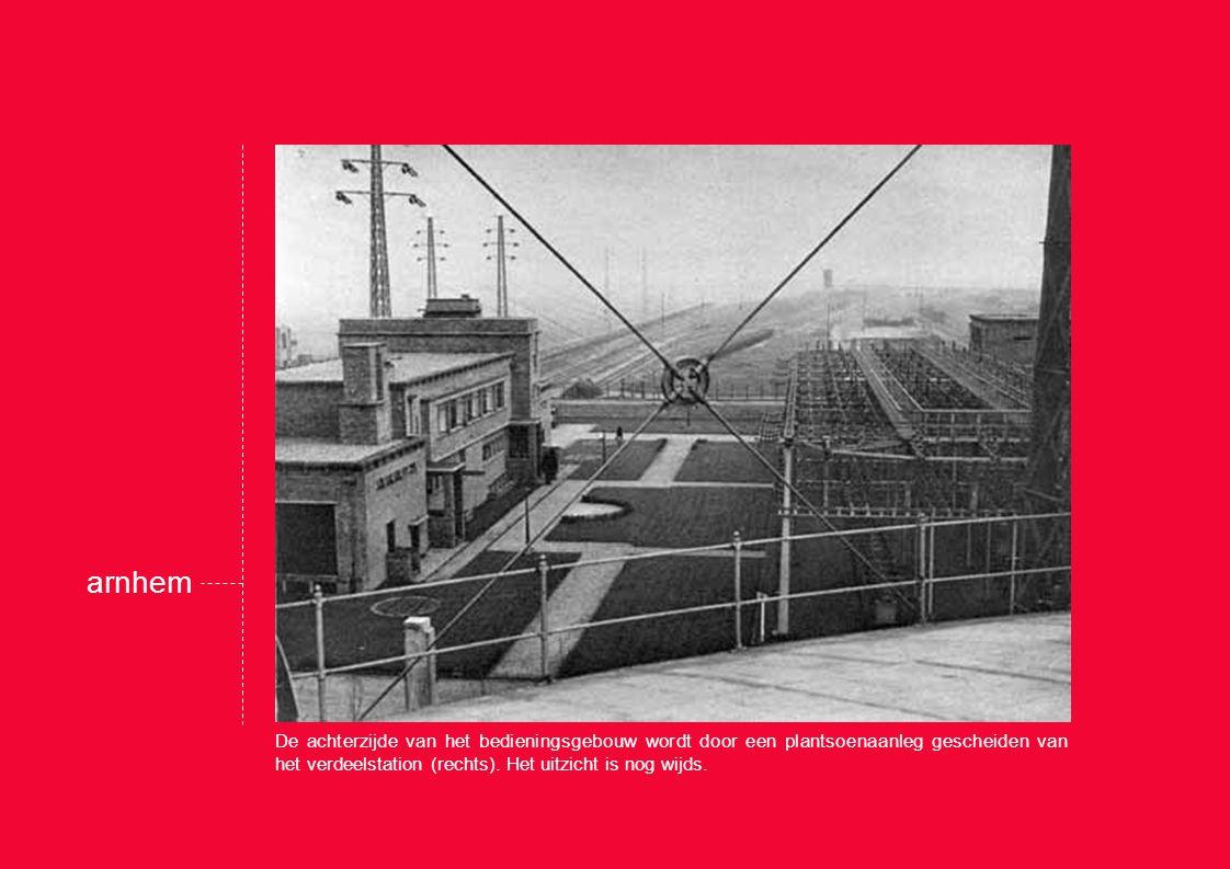 De achterzijde van het bedieningsgebouw wordt door een plantsoenaanleg gescheiden van het verdeelstation (rechts).