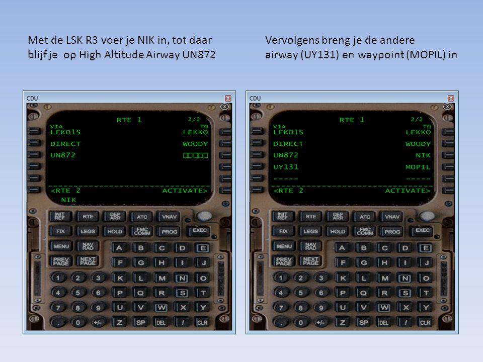 Met de LSK R3 voer je NIK in, tot daar blijf je op High Altitude Airway UN872 Vervolgens breng je de andere airway (UY131) en waypoint (MOPIL) in