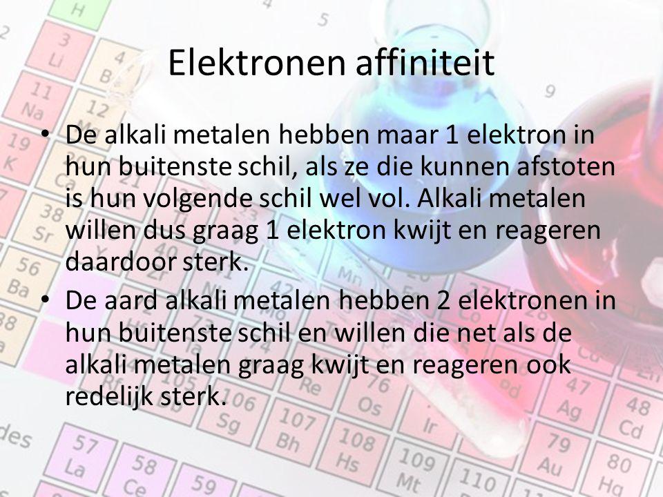 Elektronen affiniteit De alkali metalen hebben maar 1 elektron in hun buitenste schil, als ze die kunnen afstoten is hun volgende schil wel vol.