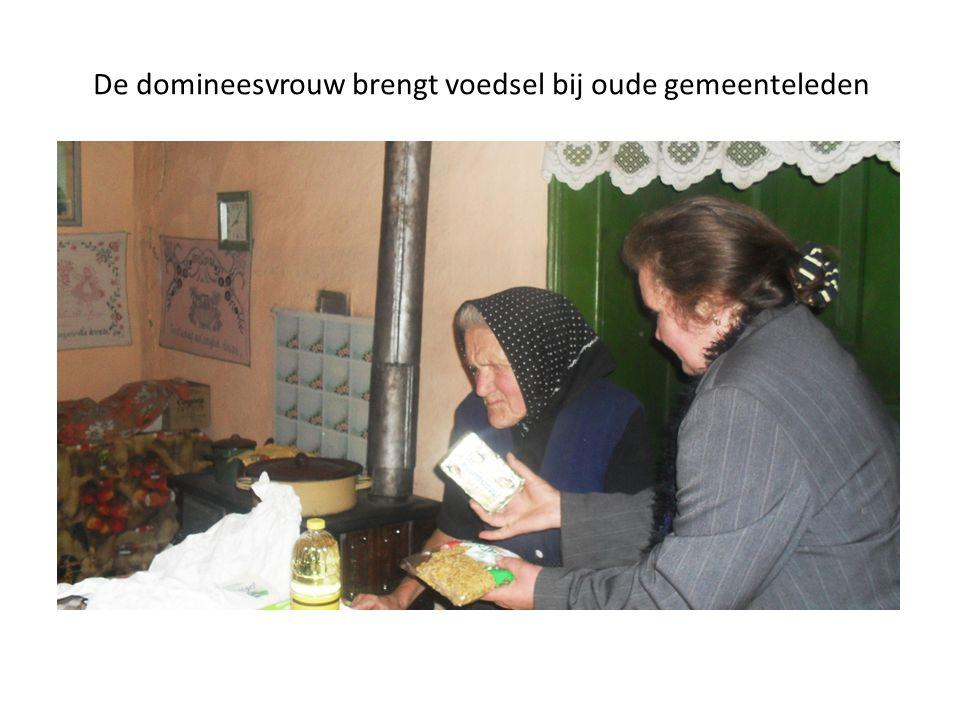 De domineesvrouw brengt voedsel bij oude gemeenteleden