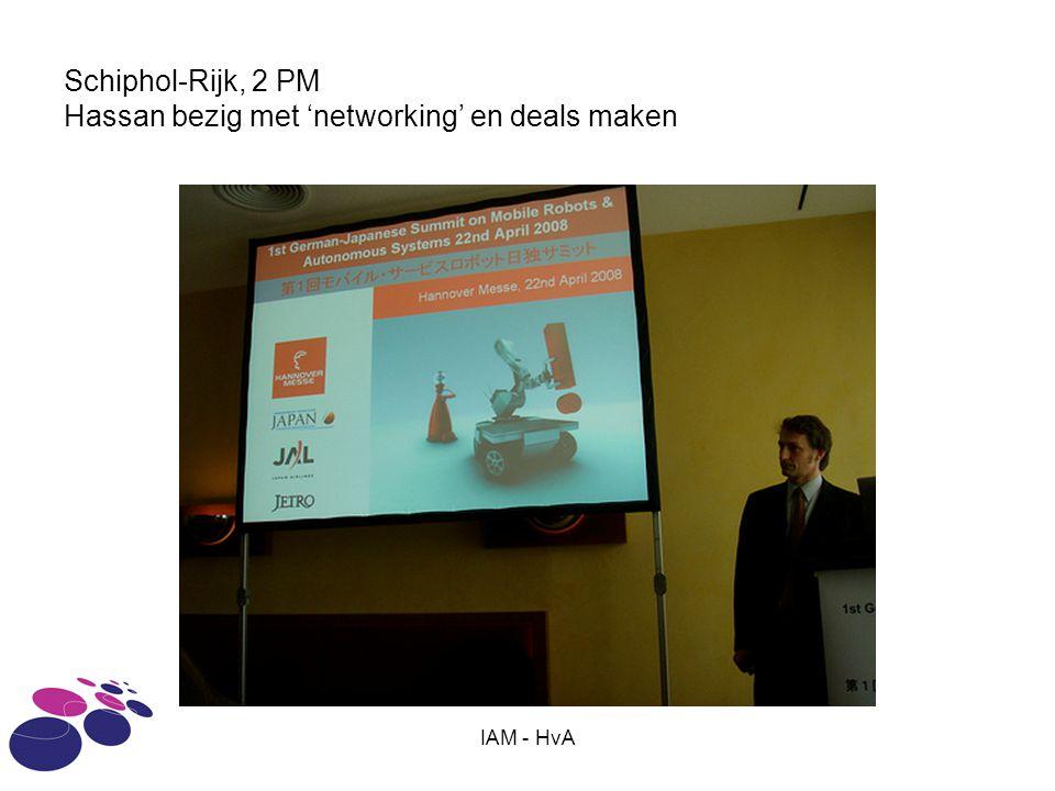 IAM - HvA Schiphol-Rijk, 2 PM Hassan bezig met 'networking' en deals maken