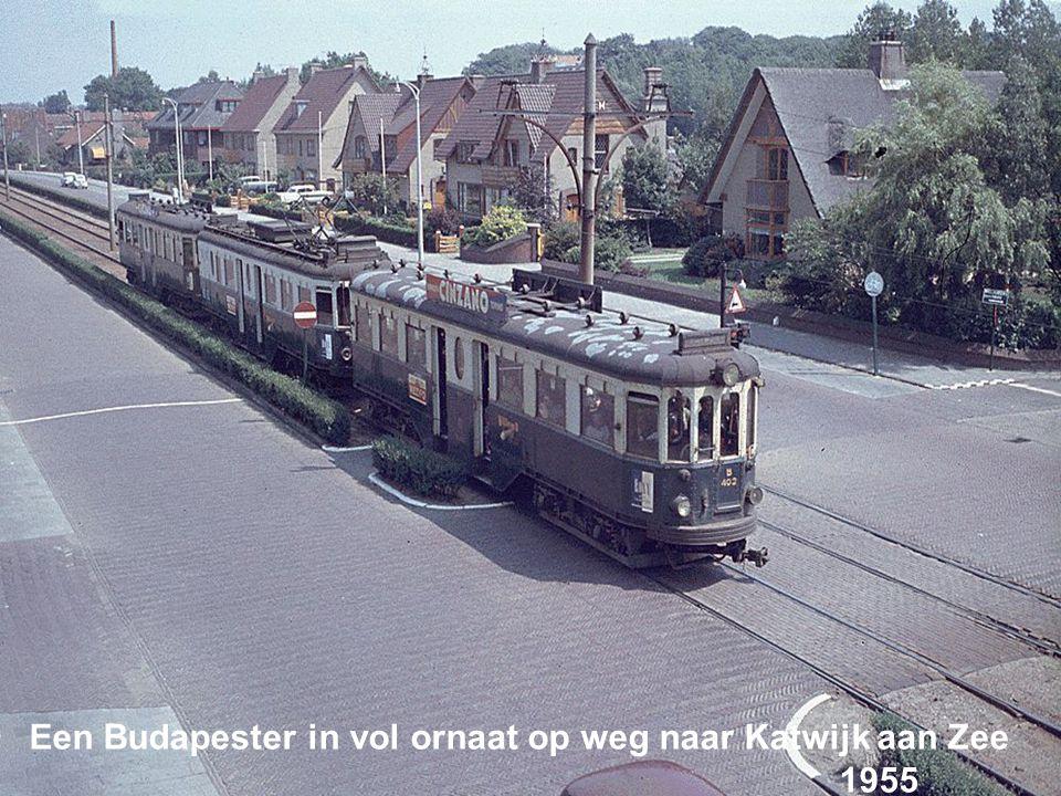Twee Budapesters op de kruising naar Rijnsburg en Oegstgeest 1954