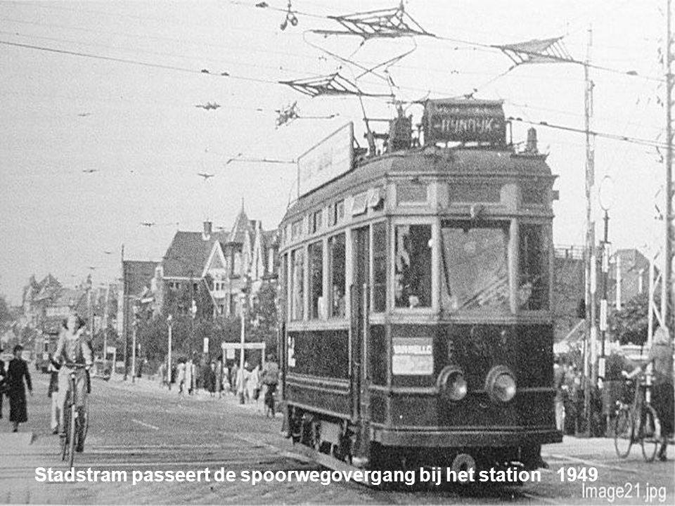 Een Budapester in vol ornaat op weg naar Katwijk aan Zee 1955
