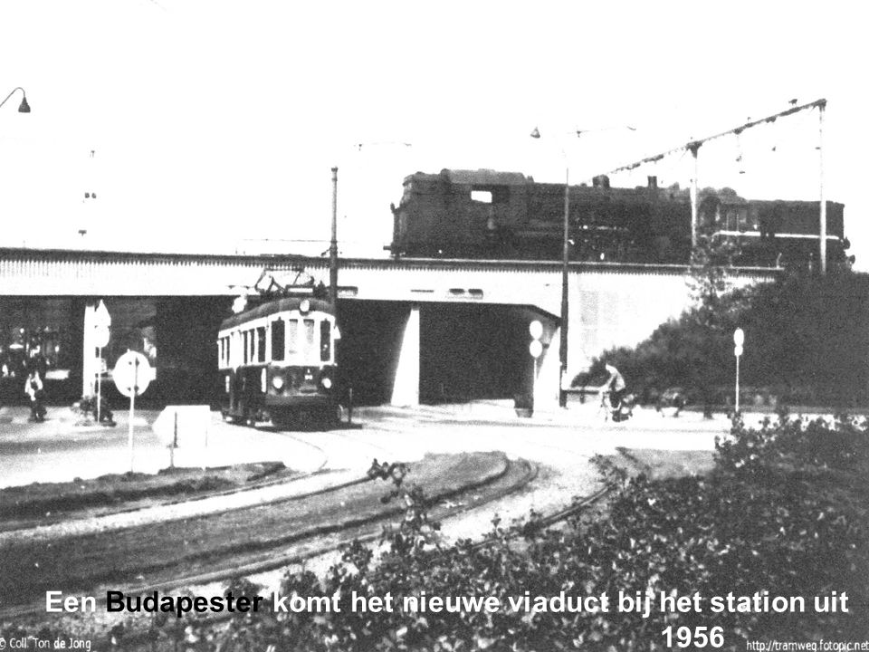 Stadstram passeert de spoorwegovergang bij het station 1949