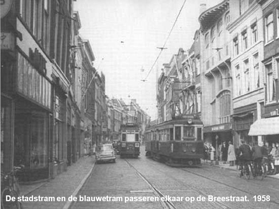 Twee stadstrams passeren elkaar op de Hoge Woerd 1955