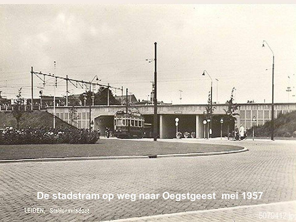 De stadstram en de blauwetram passeren elkaar op de Breestraat. 1958