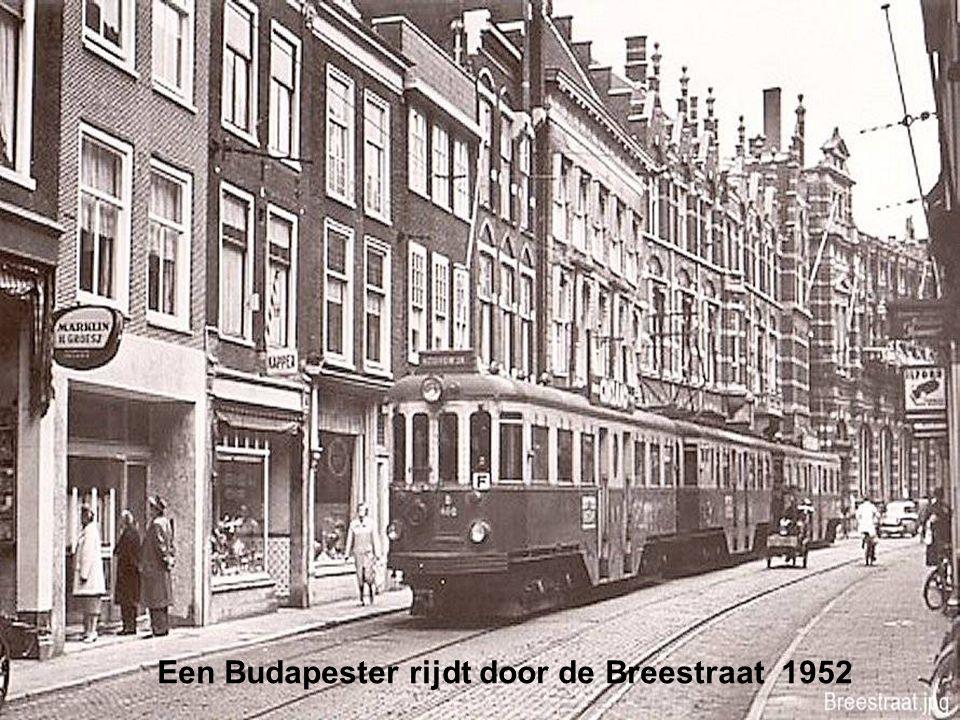 De Geletram in vol ornaat komt Leiden binnen bij het station 1958