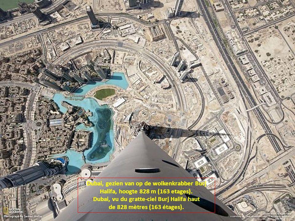 Dubai, gezien van op de wolkenkrabber Burj Halifa, hoogte 828 m (163 etages).