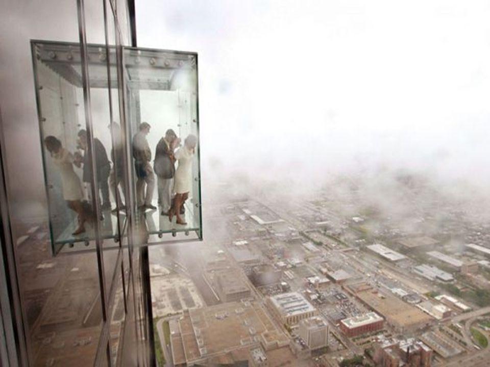Glazen balkon aan een wolkenkrabber op de 103 e etage in Chicago.