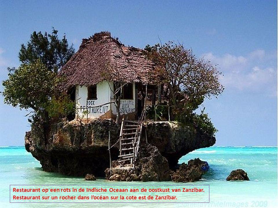 Restaurant op een rots in de Indische Oceaan aan de oostkust van Zanzibar.
