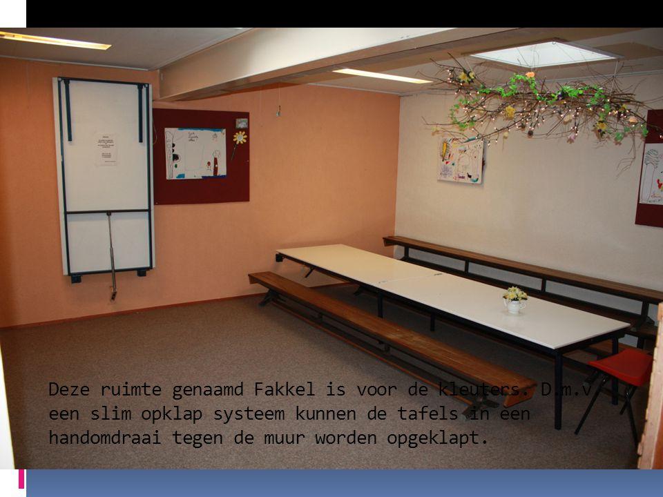Deze ruimte genaamd Fakkel is voor de kleuters. D.m.v. een slim opklap systeem kunnen de tafels in een handomdraai tegen de muur worden opgeklapt.
