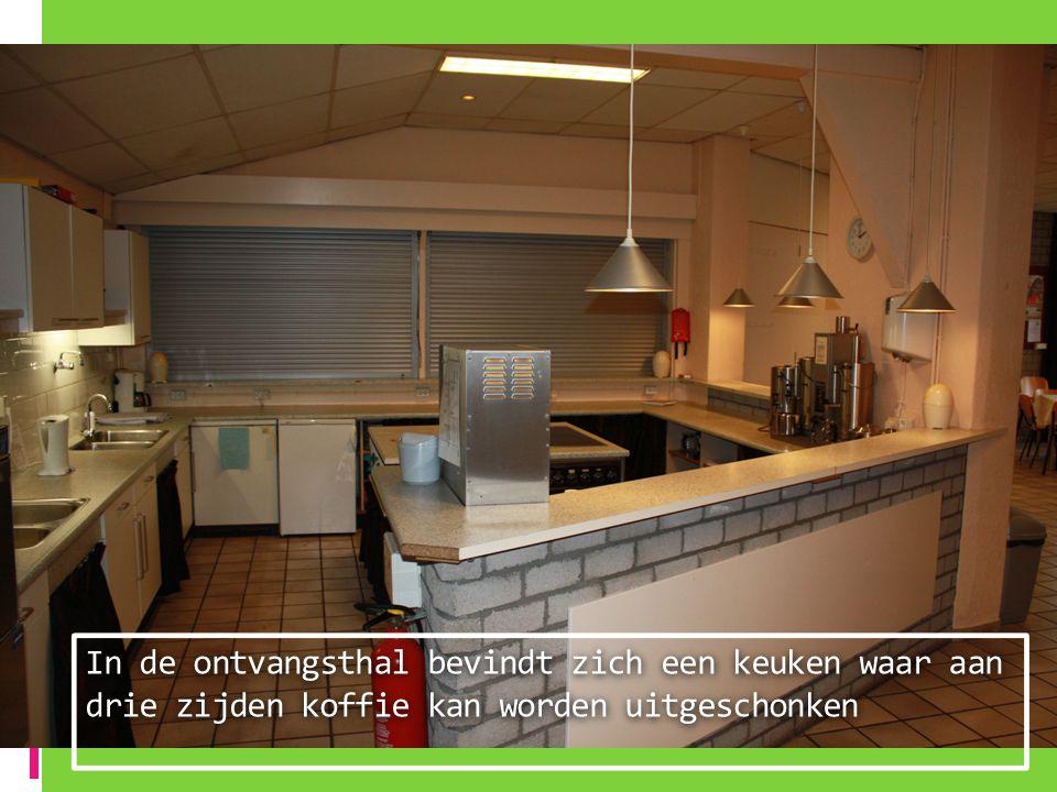 In de ontvangsthal bevindt zich een keuken waar aan drie zijden koffie kan worden uitgeschonken