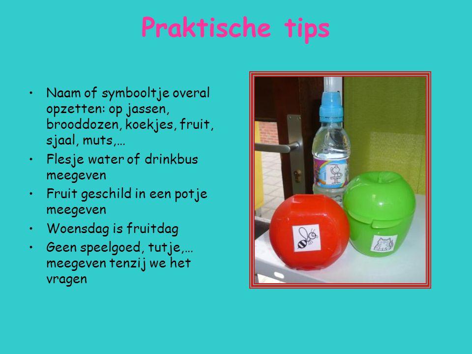 Praktische tips Naam of symbooltje overal opzetten: op jassen, brooddozen, koekjes, fruit, sjaal, muts,… Flesje water of drinkbus meegeven Fruit gesch