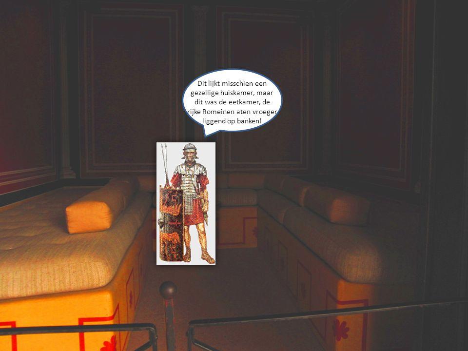 Dit lijkt misschien een gezellige huiskamer, maar dit was de eetkamer, de rijke Romeinen aten vroeger liggend op banken!