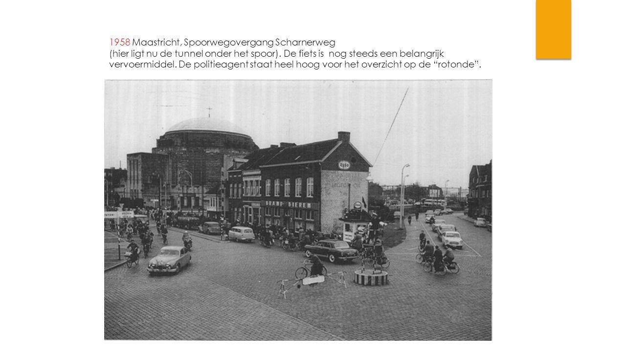 1958 Maastricht, Spoorwegovergang Scharnerweg (hier ligt nu de tunnel onder het spoor). De fiets is nog steeds een belangrijk vervoermiddel. De politi