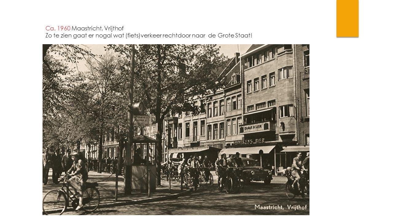 Ca. 1960 Maastricht, Vrijthof Zo te zien gaat er nogal wat (fiets)verkeer rechtdoor naar de Grote Staat!