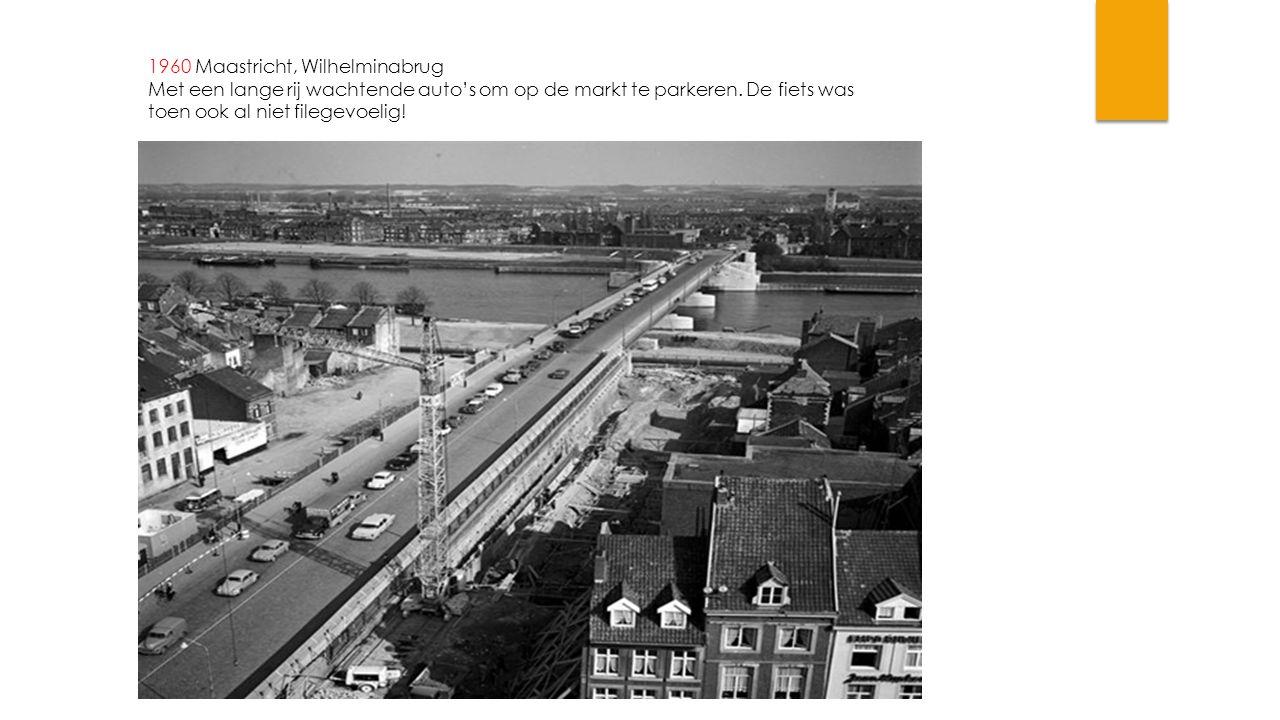 1960 Maastricht, Wilhelminabrug Met een lange rij wachtende auto's om op de markt te parkeren.