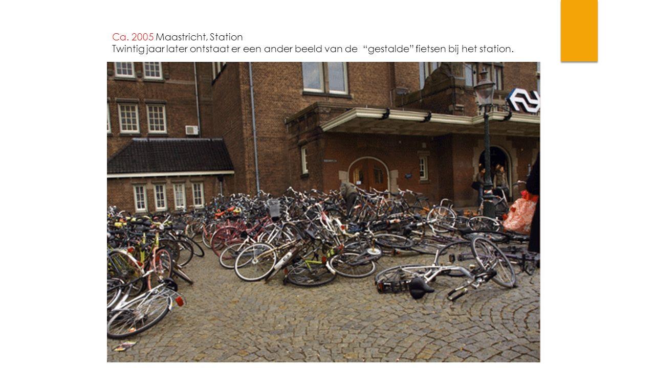 """Ca. 2005 Maastricht, Station Twintig jaar later ontstaat er een ander beeld van de """"gestalde"""" fietsen bij het station."""