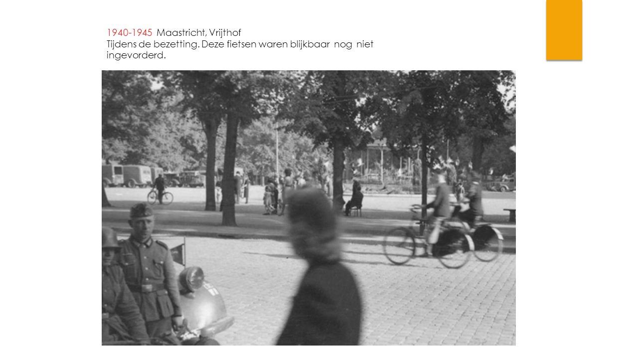 1940-1945 Maastricht, Vrijthof Tijdens de bezetting. Deze fietsen waren blijkbaar nog niet ingevorderd.