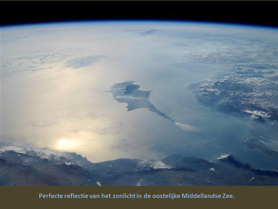Mooi eilandje in de Stille Oceaan, gefotografeerd met een lens van 400 mm.