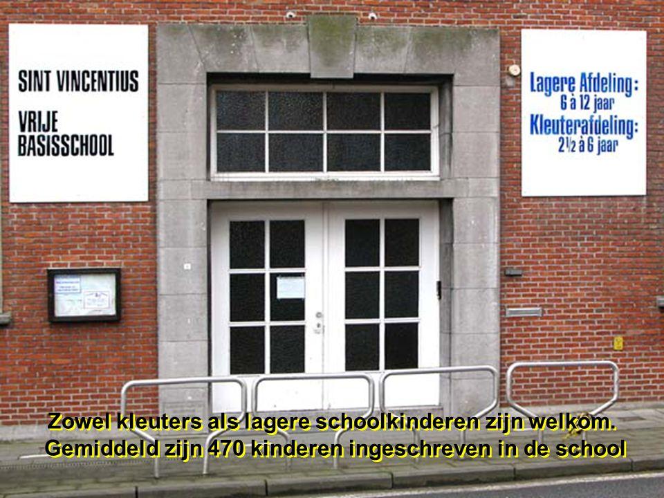 Welkom bij de rondleiding in onze school, wij stappen binnen langs de stationsstraat Welkom bij de rondleiding in onze school, wij stappen binnen lang