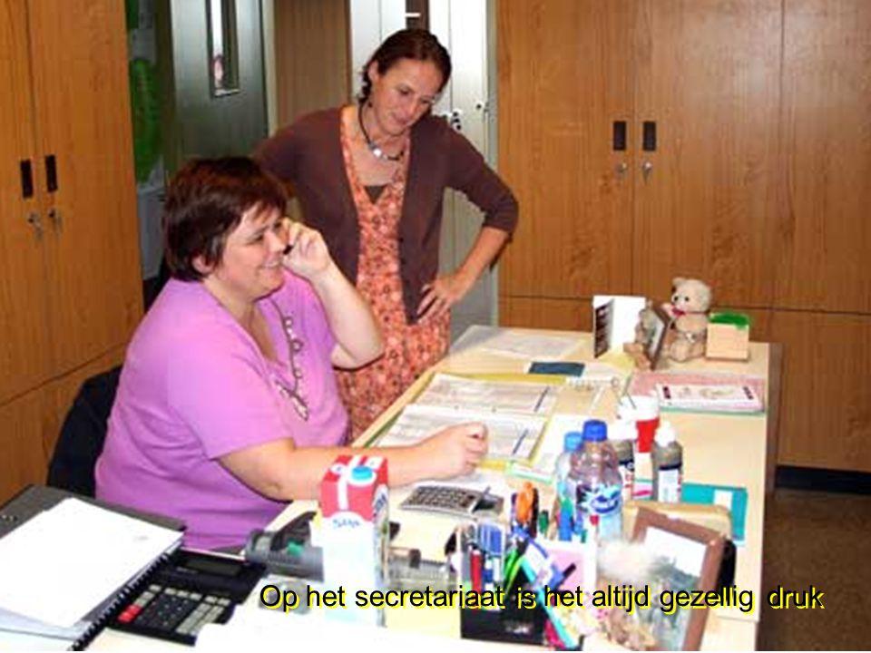 Op het secretariaat is het altijd gezellig druk Op het secretariaat is het altijd gezellig druk