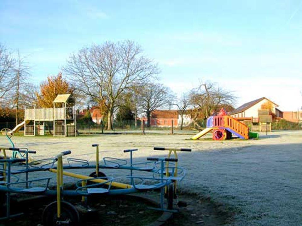 Speeltuigen van de school (alle tuigen worden jaarlijks gekeurd) Speeltuigen van de school (alle tuigen worden jaarlijks gekeurd)