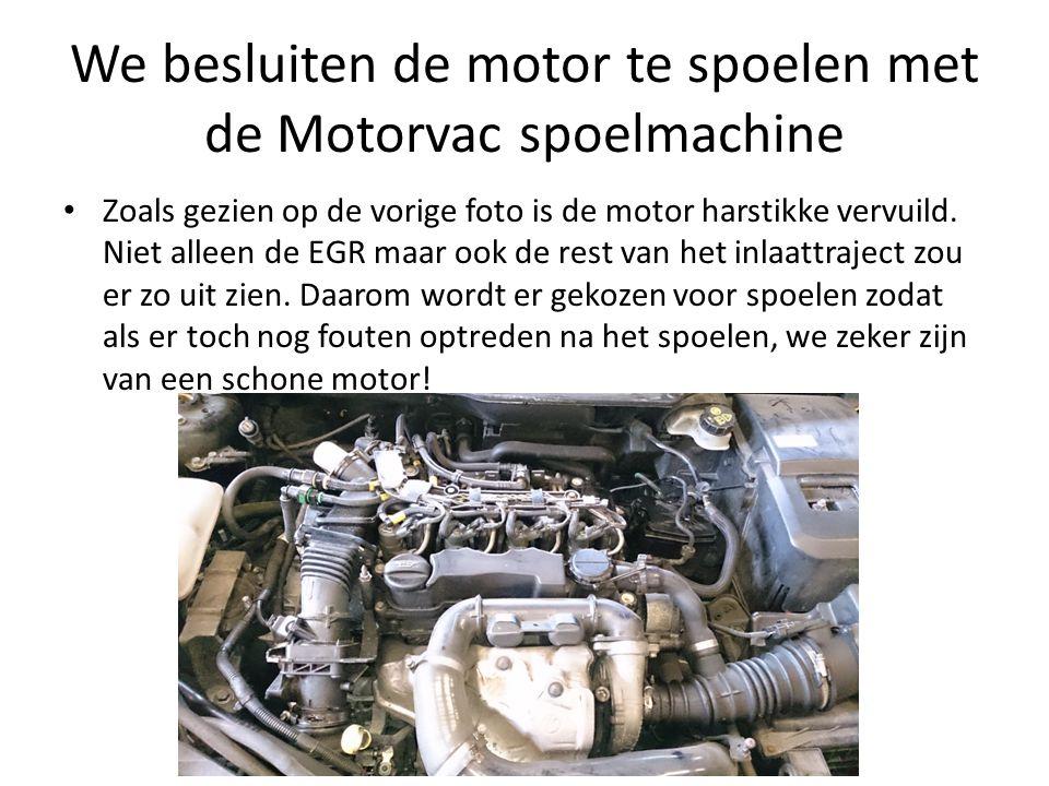 We besluiten de motor te spoelen met de Motorvac spoelmachine Zoals gezien op de vorige foto is de motor harstikke vervuild. Niet alleen de EGR maar o