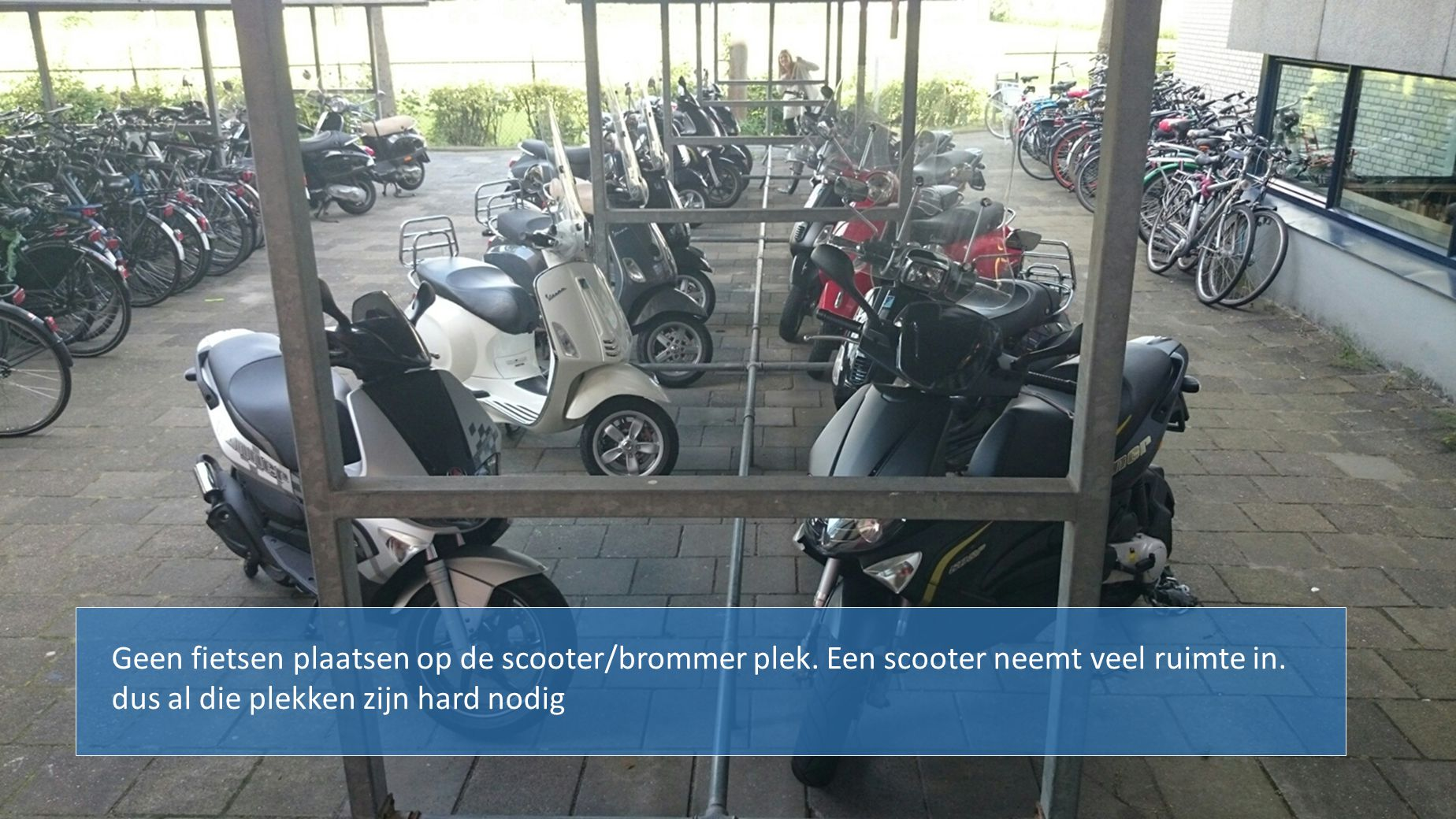 Geen fietsen plaatsen op de scooter/brommer plek. Een scooter neemt veel ruimte in. dus al die plekken zijn hard nodig