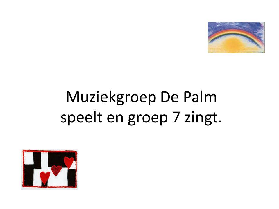 Muziekgroep De Palm speelt en groep 7 zingt.