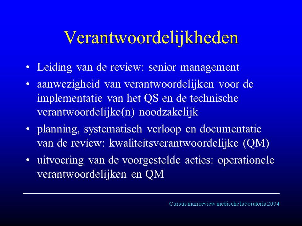 Cursus man review medische laboratoria 2004 Verantwoordelijkheden Leiding van de review: senior management aanwezigheid van verantwoordelijken voor de implementatie van het QS en de technische verantwoordelijke(n) noodzakelijk planning, systematisch verloop en documentatie van de review: kwaliteitsverantwoordelijke (QM) uitvoering van de voorgestelde acties: operationele verantwoordelijken en QM